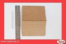 Na początek, używając linijki i nożyka do papieru, wytnij kawałek kartonu o w...