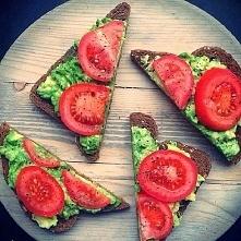 kanapka z awokado i pomidorem