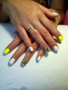 Neonki P.Doroty :) Jeden paznokieć został przedłużony na formie ;p + ręcznie ...