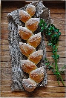 SKŁADNIKI NA BUŁECZKI:  ILOŚĆ: 2 szt.      500 g mąki pszennej      12 g drożdży instant      350 g ciepłej wody      1 łyżeczka soli  Mąkę przesiewamy, dodajemy suche drożdże o...