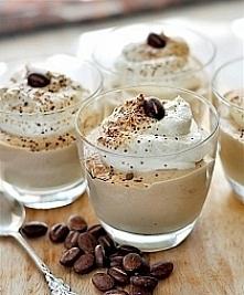 Krem cappuccino Składniki na 4-6 porcji: 4 łyżeczki żelatyny 2 łyżeczki cukru wanilinowego lub waniliowego 250ml mocnej kawy 3 żółtka 80g cukru (użyłam jasnego brązowego) 250g ś...