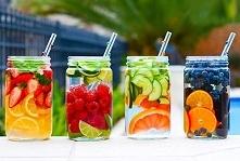 Owocowe wody :) 1. woda + cytryny + truskawki + mięta 2. woda + limonki + maliny + ogórki 3. woda + grejpfrut + ogórki 4. woda + pomarańcze + jeżyny