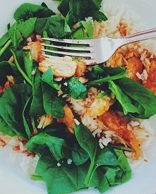Pysznie i zdrowo :)  Ryż z kurczakiem w curry i słodkiej papryce z listkami b...