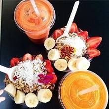 Owocowe śniadanie :)  1. musli + banany + truskawki + odrobina jogurtu + rodzynki + wiórki kokosowe 2. shake: grejpfrut + mleko 3. shake: pomarańcz + mleko