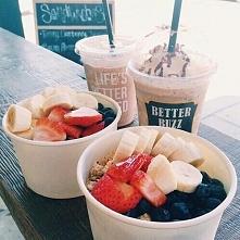 Trochę słodyczy :)  1. kawa z syropem owocowym 2. musli z truskawkami, bananami i jeżynami