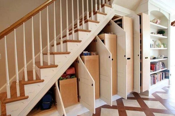 Szafy pod schodami. Więcej po kliknięciu w zdjęcie