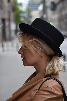 Kapelusz czarny z rondem marki HatHat - ciekawa i uniwersalna stylizacja.