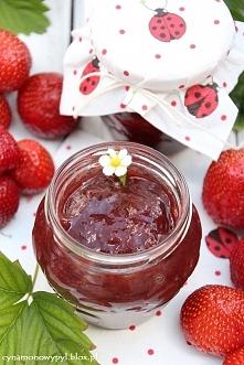 Dżem truskawkowy Składniki :   ( z podanej porcji wychodzi 5 małych słoiczków )   1,5 kg truskawek  2 szklanki cukru  sok z połowy cytryny  1 laska wanilii      Sposób przygotow...
