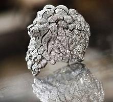 Pierścionek Chanel z majestatyczną głową lwa, w białym złocie z diamentami