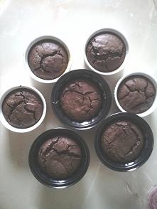 65 g masła 350g gorzkiej czekolady cukier waniliowy pół szklanki cukru 4 jajka 1 łyżka kakao 50g mąki   masło z czekoladą rozpuścić nad parą wodną, jajka z cukrem ubić na chmurk...