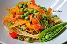 Zdrowy i pożywny obiad, czyli makaron razowy z młodą marchewką i groszkiem cu...