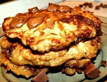 Ciasteczkowe naleśniki z bananem, płatkami owsianymi i kawałkami czekolady. Więcej po kliknięciu w zdjęcie!