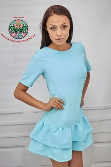 pastelowa sukienka z falabnką