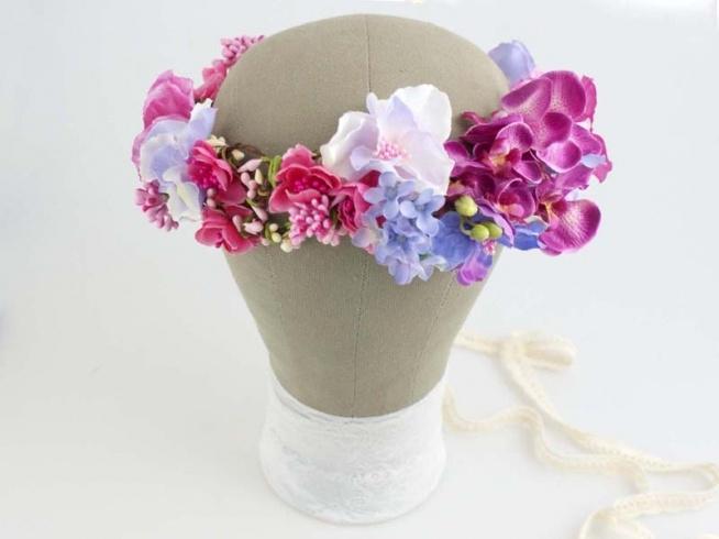 Kwiatowy wianek ślubny, ręcznie wykonany z tekstylnych kwiatów. Odcienie: amarant, fuksja, pudrowy róż, fiołkowy.  Do kupienia w ślubnym sklepie internetowym Madame Allure!  >>> link w komentarzu <<<