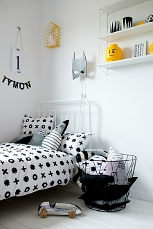 łóżko, druciany kosz, lampka batman, półka, druciany domek marki Belmam