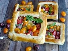 Koszyczki z ciasta francuskiego z sałatką pomidorową