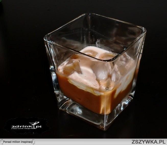 WHITE RUSIAN  Składniki: 40 ml wódki 20 ml likieru kawowego 20 ml tłustego mleka / śmietanki 3 kostki lodu  Przygotowanie: Do szklanki wrzucić lód, wlać wódkę i likier kawowy, zamieszać.  Na wierzch wlać delikatnie po ściance lub łyżeczce mleczko. Można też wlać mleczko po prostu i zamieszać.