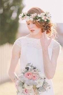45 propozycji na fryzurę ślubną z wiankiem | Więcej na prettyday.pl
