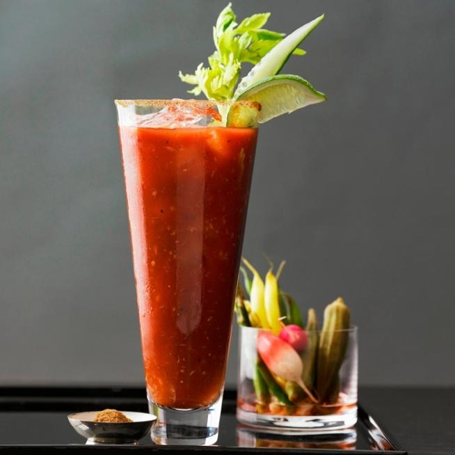 BLOODY MARY (podstawowa)  Składniki: 250 ml soku pomidorowego 80 ml (1/3 szkl.) wódki sól i pieprz do smaku  Przygotowanie: Do wysokiej szklanki z lodem wlać sok pomidorowy, a następnie wódkę i wymieszać. Przyprawić solą i pieprzem do smaku.  BLOODY MARY  Składniki: 40 ml wódki 80 ml soku pomidorowego 1 łyżeczka soku z cytryny pół łyżeczki sosu Worcestershire odrobina sosu tabasco (można pominąć) sól zwykła pieprz sól selerowa (można pominąć)  Przygotowanie: Do szklanki wrzucić kilka kostek lodu, wlać wódkę, sok pomidorowy (można część, żeby łatwiej było mieszać)  i sosy, dodać przyprawy, wymieszać łyżką. Dopełnić resztą soku pomidorowego. Można ozdobić selerem naciowym (jak na zdjęciu) albo po prostu podawać ze słomką.