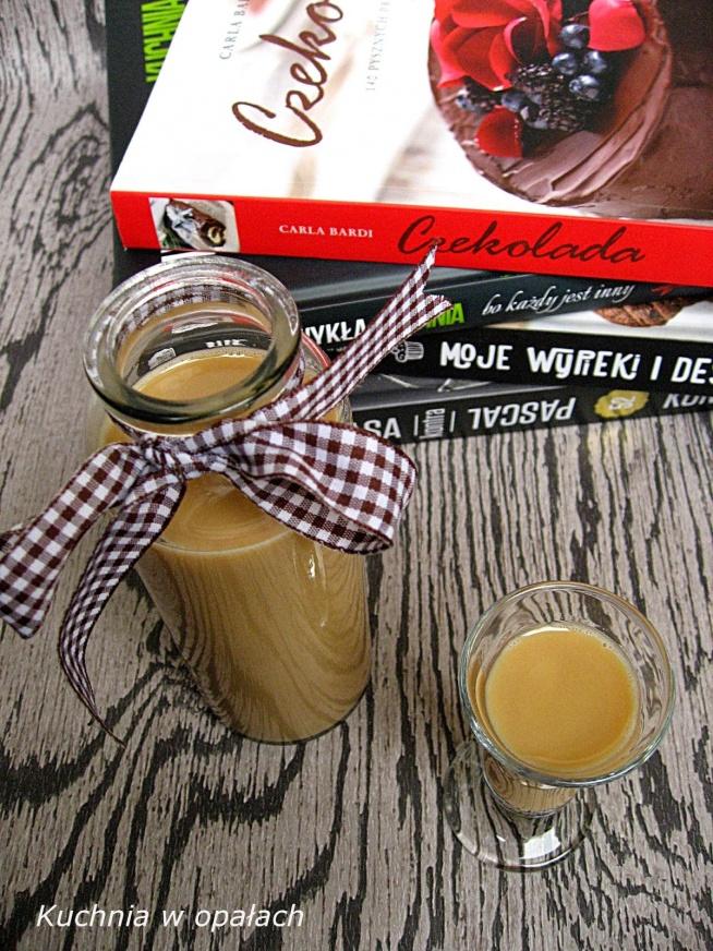 LIKIER KRÓWKOWY  Składniki: 1 puszka gotowej masy krówkowej 500 ml śmietany kremówki 30% 1 łyżka kawy rozpuszczalnej 500 ml wódki  Przygotowanie: Kawę przygotować w 1/3 szklanki wody. Masę krówkową przełożyć do miski, wlać do niej kawę i razem zmiksować, dodać śmietanę, alkohol i miksować chwilę aż składniki się dobrze połączą. Tak przygotowany likier przelać do butelek i odstawić w chłodne miejsce minimum na 4 dni.