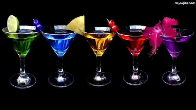 """""""ODCHUDZONE"""" DRINKI  SANGRIA 4 jabłka i 3 pomarańcze pokrój na plasterki. Wymieszaj te owoce z 0,5 kg czerwonych winogron (przekrojonych na pół), 3 butelkami czerwonego wina, 1 puszką cytrynowego napoju gazowanego (najlepiej dietetycznego) i 330 ml wody gazowanej. Całość schłodź. Podawaj z dodatkiem lodu. [Wartość kaloryczna: 173 kcal]   MARGARITA Do szklanki wypełnionej lodem wlej 30 ml białej tequili, odrobinkę likieru pomarańczowego, sok z połówki limonki i 4 ml triple sec. Całość udekoruj kawałkiem limonki. [Wartość kaloryczna: 160 kcal]  JAGODOWA TEQUILA  Do szklaneczki o pojemności 240 ml wrzuć lód. Następnie wypełnij ją do połowy objętości 100% tequilą z agawy. Dodaj odrobinę likieru pomarańczowego (około 3 ml) i soku żurawinowego. Całość udekoruj kawałkiem limonki. [Wartość kaloryczna: 230 kcal]  MOJITO Do shakera wrzuć 1 szklankę kostek lodu. Dodaj ¾ limonki (pokrojonej na kawałki), 1 ½ łyżki soku z limonki i 2 łyżki rozdrobnionych liści mięty. Miętę i limonkę rozgnieć tłuczkiem lub długą łyżką, do czasu aż puszczą sok. Teraz wymieszaj ½ łyżeczki podgrzanego miodu z 60 ml rumu i 120 ml wody gazowanej. Zrób to delikatnie, żeby rozpuścić miód. Wlej całość do shakera i mieszaj do czasu, aż drink mocno się schłodzi. Przelej go do kieliszka wypełnionego lodem i udekoruj limonką i listkiem mięty. [Wartość kaloryczna: 150 kcal]  PINACOLADA Napełnij blender do połowy lodem. Wlej 240 ml białego rumu, ½ szklanki mleczka kokosowego (najlepiej w wersji light) i ½ szklanki soku ananasowego. Całość miksuj, dopóki nie uzyskasz jednorodnego, aksamitnego koktajlu. Przelej go do 4 wcześniej przygotowanych kieliszków i udekoruj każdy z nich kawałkiem ananasa. [Wartość kaloryczna: 169 kcal]  CZARNOOKA SUSAN W shakerze wypełnionym lodem wymieszaj 3 łyżki białego rumu, 3 łyżki wody gazowanej i po 1 łyżce soku ananasowego, pomarańczowego i likieru pomarańczowego. Gotowego drinka przelej do szklanki wypełnionej lodem i udekoruj kawałkiem cytryny. [Wartość kaloryczna: 164 kcal]  AM"""