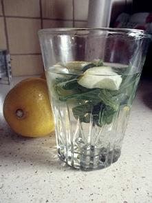 Woda z cytryną i miętą. Wypijam codziennie minimum 2 litry ;)