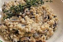 Kaszotto z pieczarkami  Składniki:  • kasza jęczmienna pęczak - 2 szkl • wrząca woda/wywar jarski • pieczarki - 0,5 kg • cebula - 1 szt duża • oliwa - 3 łyżki • sól, pieprz miel...
