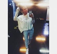 Luźny biały sweterek i jasne jeansy :)