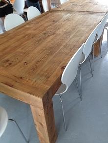Piękny stół ze starego drewna