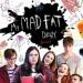 My mad fat diary - Jest rok 1996, po czteromiesięcznym pobycie w szpitalu psychiatrycznym szesnastoletnia Rae wraca do rodzinnego domu. Dziewczyna ukrywa swoje problemy zdrowotne przed nowymi znajomymi.