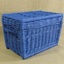 Wiklinowy kufer z płaskim wiekiem w niespotykanym niebieskim kolorze. Kufer d...