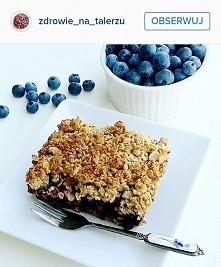 FIT ciasto bez mąki, z miodem zamiast cukru, borówkami i owsianą kruszonką! przepis na instagramie: @zdrowie_na_talerzu :)