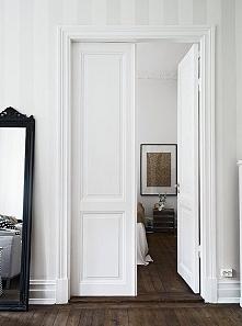 białe ściany i ciemne panele - idealnie ^_^
