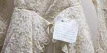 W worku z odzieżą używaną znaleziono suknię ślubną z 1950 roku. Dołączona do ...
