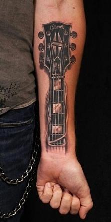tatuaże 3d gitara na przedramieniu