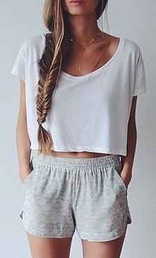 luźna bluzka i spodenki :) zawsze piękne :D