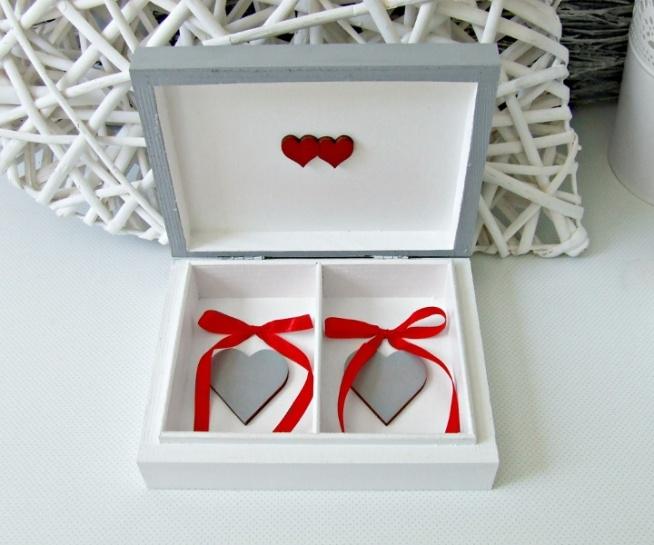 Szare, niezwykle urocze pudełeczko na ślubne obrączki. Wewnątrz dwa szare serduszka oraz czerwone kokardki.  Do kupienia w sklepie internetowym Madame Allure!  <<< link w komentarzu >>>