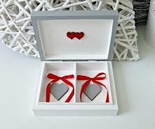 Szare, niezwykle urocze pudełeczko na ślubne obrączki. Wewnątrz dwa szare serduszka oraz czerwone kokardki.  Do kupienia w sklepie internetowym Madame Allure!  <<< link...