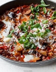 Kaszotto z bakłażanem i pomidorami z rodzynkami i chili Składniki 2 porcje 1/4 szklanki kaszy pęczak 2 łyżki oliwy extra vergine 1 mała czerwona cebula 3 ząbki czosnku 1 łyżeczk...