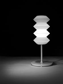 Lampa stojąca, która zadomowi się na każdym biurku i stole:)