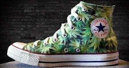 Converse w listki marihuany...  Jak ktoś by wiedział gdzie mogę takie dostać to proszę o info :)  Z góry dziękuję - RASTAMANKA :)