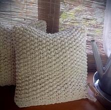 Dwie poduszki wykonane ręcznie z bawełnianego, grubego sznurka mięsiste i mił...
