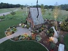 Ta chatka wygląda jak z baśni braci Grimm. Chciałbyś znaleźć się w środku!