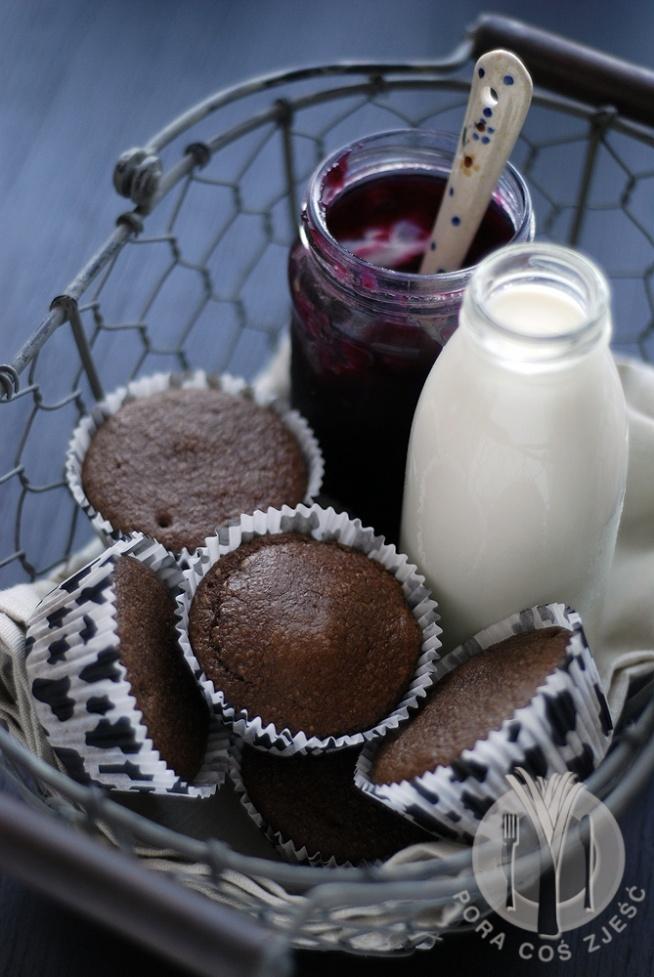 Dietetyczne babeczki biszkoptowe  Składniki:      100 g mąki z otrębów pszennych i owsianych (w proporcji 1:1, mąkę otrzymacie po zmieleniu otrębów młynkiem lub blenderem)     2 jajka     2 łyżki cukru     1 łyżka miodu     1 łyżka kakao     1/4 szklanki mleka     1/2 łyżeczki proszku do pieczenia   Wykonanie: Ciasto przygotowujemy tak jakbyśmy przygotowywali biszkopt.  Białka ubijamy na sztywną pianę, dodajemy żółtka i wciąż ubijamy.  Następnie dodajemy mleko i pozostałe składniki, ciągle miksujemy.  Ciasto powinno być dość lekkie.  Następnie każdą papilotkę wypełniamy ciastem do ok. 3/4 wysokości lub nieco więcej.  Pieczemy 25 minut w 180 st. (do suchego patyczka). Po upieczeniu foremkę upuszczamy na podłogę z ok. 30 cm wysokości, aby nasze babeczki nam nie upadły. Taką praktykę stosuje się również przy biszkopcie.  Babeczki dość szybko schną, więc jeśli chcemy je zjeść następnego dnia, zamknijmy je w szczelnym pojemniku.