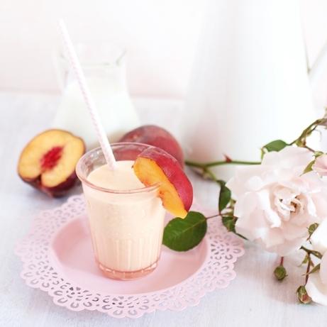 Smoothie brzoskwiniowe Na dwie porcje po ok. 300 ml 2 brzoskwinie (użyłam świeżych, ale mogą być te z puszki) 3/4 szklanki mleka 3/4 szklanki jogurtu naturalnego 1/3 szklanki mleka w proszku (nie jest absolutnie niezbędne, ale dodaje smaku i zagęszcza) 1 łyżeczka cukru wanilinowego lub 1/2 łyżeczki ekstraktu waniliowego 2 łyżki cukru Brzoskwinie polewamy przez 2,3 sekundy wrzątkiem. Robimy na nich nacięcia (jak przy dzieleniu na ósemki) i nożykiem ściągamy skórkę wzdłuż linii tych nacięć. Pestkę usuwamy, miąższ kroimy w kostkę i blenderem przerabiamy na puree.   Dodajemy resztę składników i wszystko razem blendujemy. Schładzamy i serwujemy.