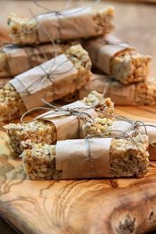 Batoniki musli - bez mąki, tłuszczu, jaj i cukru SKŁADNIKI: 300 g posiekanej mieszanki orzechowej (u mnie orzechy włoskie, laskowe, migdały) 100 g płatków owsianych 50 g pestek ...