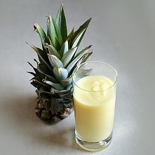 Koktajl z ananasa  Składniki:  1 średni (700 g) ananas 3 łyżki (18 g) wiórków...