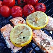 Grillowany łosoś z koktajlowymi pomidorami, to idealny pomysł na lekkie, zdro...