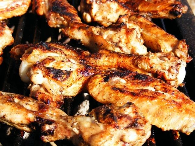 Skrzydełka kurczaka w marynacie ziołowej z grila. Szybko, lekko, smacznie.