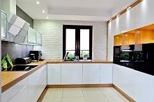 Założeniem projektu była ponadczasowa biała kuchnia. Surowości nadaje polerow...